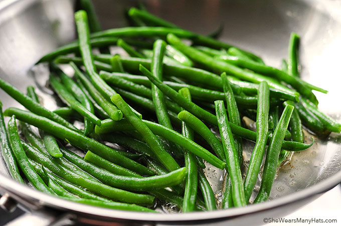 Easy Garlic Lemon Green Beans Recipe | shewearsmanyhats.com
