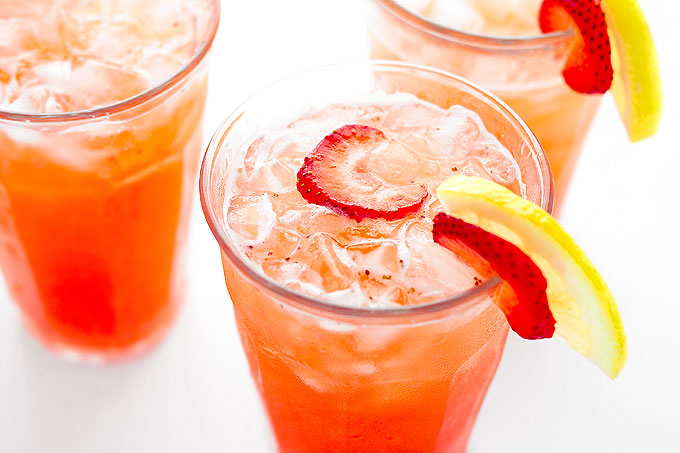 Easy Strawberry Lemonade Recipe | shewearsmanyhats.com
