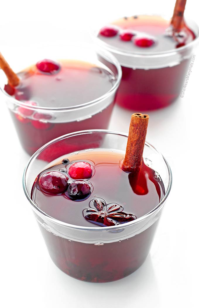This Spiced Cranberry Hot Toddy Recipe is the perfect drink to enjoy at the end of a chilly day and will have your home smelling wonderful! | shewearsmanyhats.com