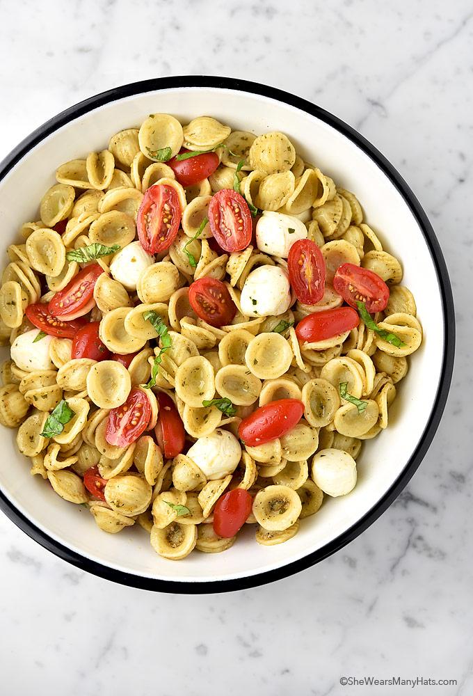 Easy Caprese Pasta Salad Recipe | shewearsmanyhats.com